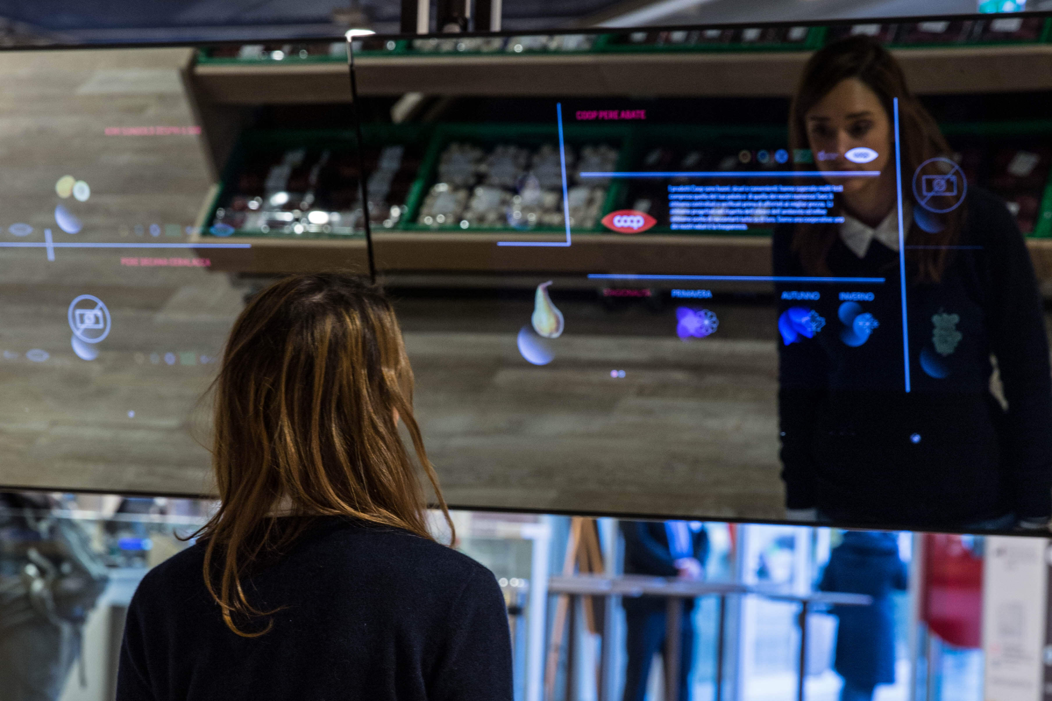 Supermarket budoucnosti otevřel řetězec Coop Italia ve spolupráci s Accenture. Zákazník se dozvídá informace o zboží pomocí dotykových displejů. Zdroj: Accenture