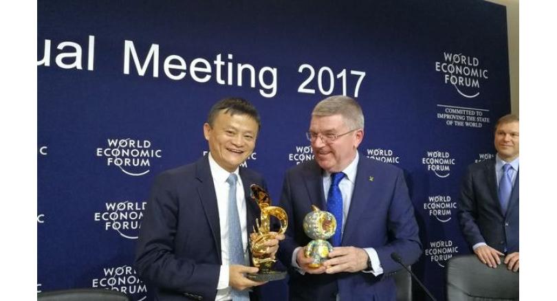Jack Ma, šéf a zakladatel internetového obchodu Alibaba a šéf MOV Thomas Bach na Světovém ekonomickém fóru, kde se Alibaba stala dalším hlavním sponzorem olympiád do roku 2028. Zdroj: wef.com