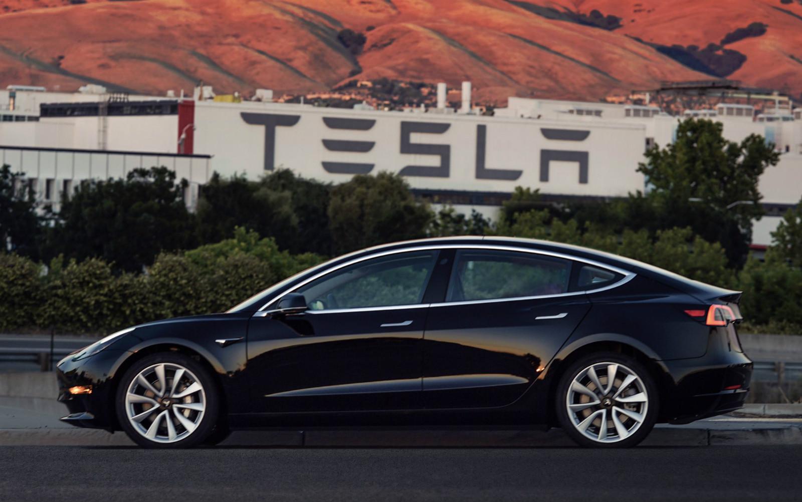 """Obrázek nového """"levného"""" Modelu 3 automobilky Tesla zveřejnil její šéf Elon Musk začátkem července 2017. Zdroj: twitter"""