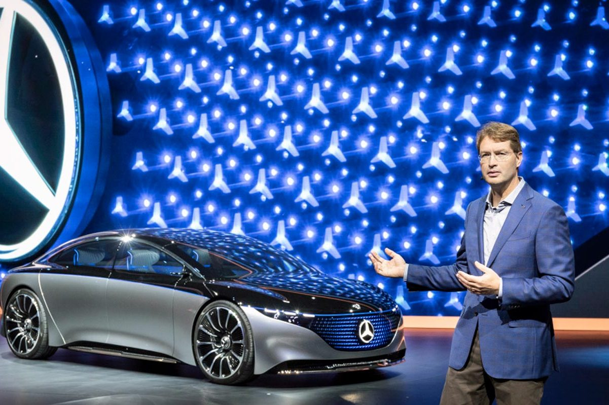 """Nový šéf Daimleru a značky Mercedes-Benz Öla Källenius uvádí studii Vision EQS. Takto bude vypadat """"esko"""" na elektřinu."""