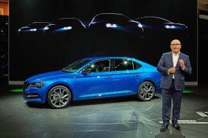 CEO Škody Auto Bernhard Maier představuje nový Superb iV, plug-in hybridní vůz, který překvapí příznivou cenou pod 900 000 Kč.