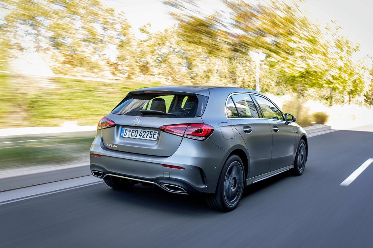 Základem nabídky plug-in hybridních Mercedesů je kompaktní hatchback třídy A. I ten dokáže pouze na elektřinu ujet až 70 km na elektřinu. Jeho kapalinou chlazené baterie váží 150 kg.