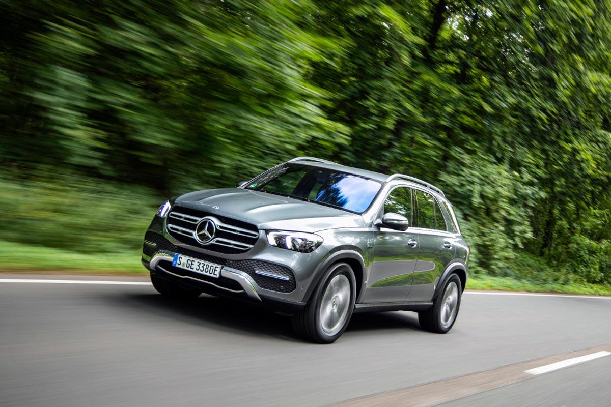 Možnosti nových plug-in hybridů třetí generace demonstruje Mercedes-Benz GLE 350 de 4MATIC: Vůz se systémovým výkonem 235 kW (320 k) slibuje spotřebu 1,1 l nafty a 25,4 kWh na 100 km, přitom čistě na elektřinu ujede 106 kilometrů.