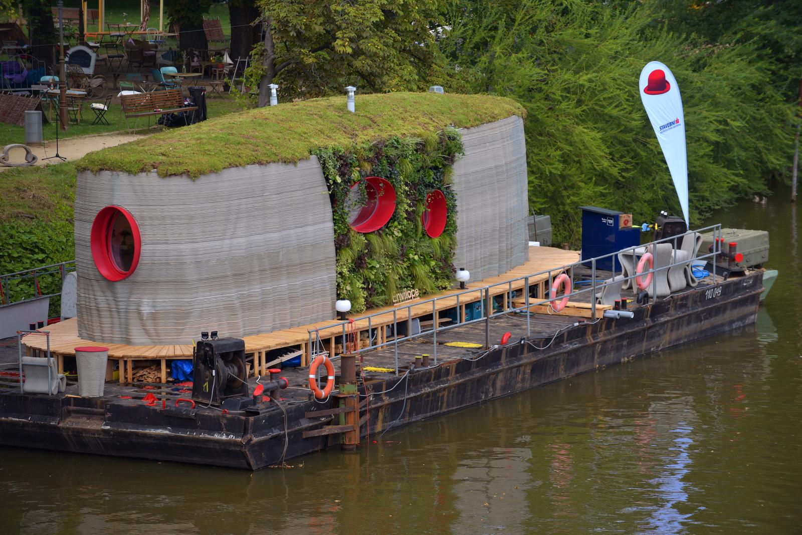 První plovoucí 3D tištěná stavba zakotvila na Vltavě v Praze. Foto: Stanislav Krupař, Václav Filip